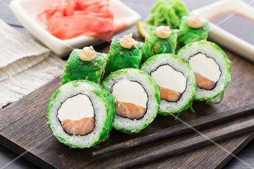 sushi rollen mit chuka algen und lachs bild kaufen 12262086 stockfood. Black Bedroom Furniture Sets. Home Design Ideas