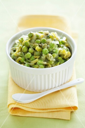 Braised peas with spring onions and lettuce