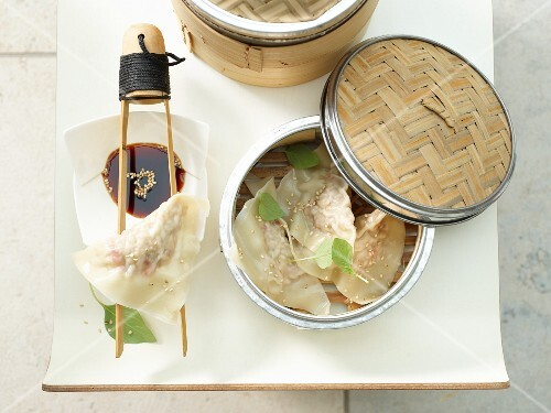 Tuna wontons with sesame seeds and soy sauce