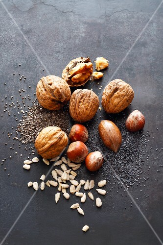 Nuts, oilseeds and plant seeds to add flavour to bread