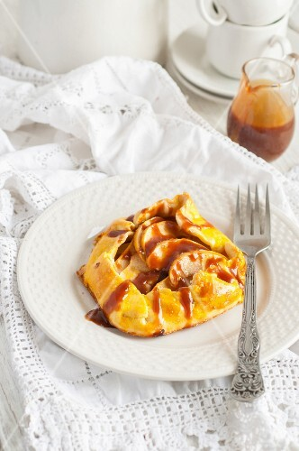 Shortcrust pastry apple pie with caramel