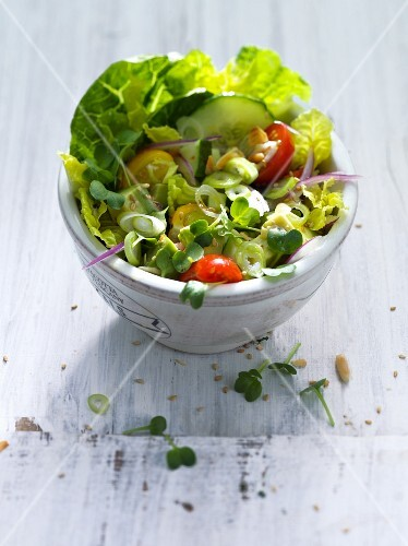 Lettuce with tomatoes, cucumber and lemon dressing