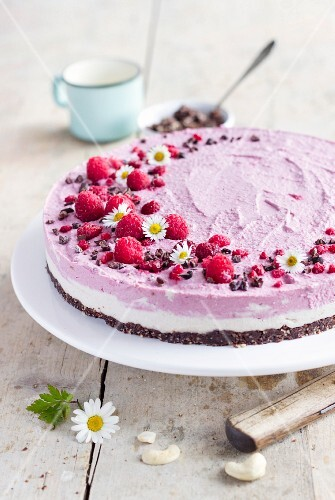 Raw cheesecake with a cashew and raspberry cream