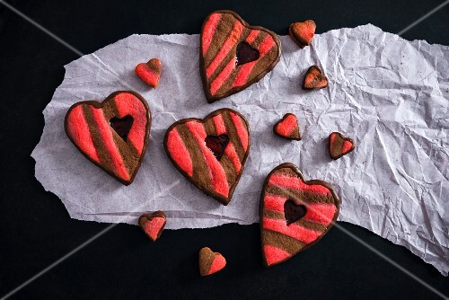 Heart-shaped cakes filled with raspberry jelly (vegan)