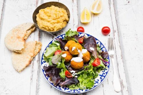 falafel mit joghurtsauce auf blattsalat mit hummus und. Black Bedroom Furniture Sets. Home Design Ideas