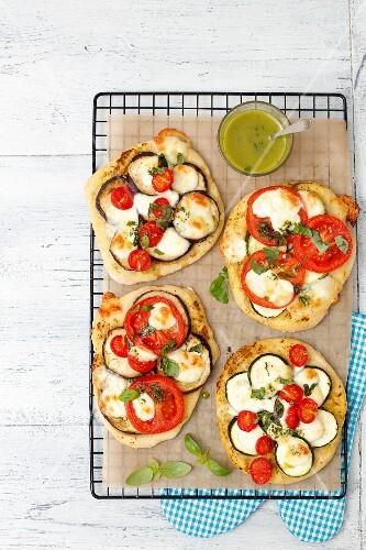 vegetarische pizza mit auberginen zucchini und tomaten bild kaufen 12347246 stockfood. Black Bedroom Furniture Sets. Home Design Ideas