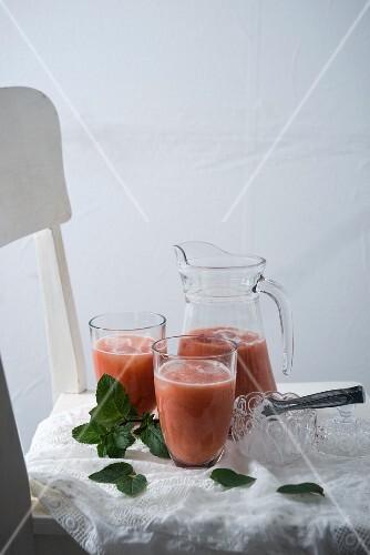 rhabarber erdbeer smoothie mit frischer minze bild kaufen 12354866 stockfood. Black Bedroom Furniture Sets. Home Design Ideas