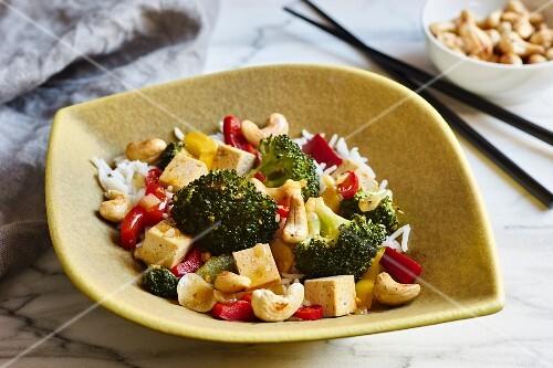 vegetarisches wok gericht mit brokkoli paprika chili und cashews bild kaufen 12357726. Black Bedroom Furniture Sets. Home Design Ideas