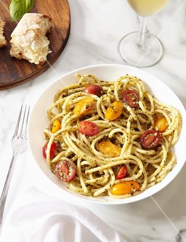 spaghetti mit pesto und tomaten bild kaufen 12368162 stockfood. Black Bedroom Furniture Sets. Home Design Ideas