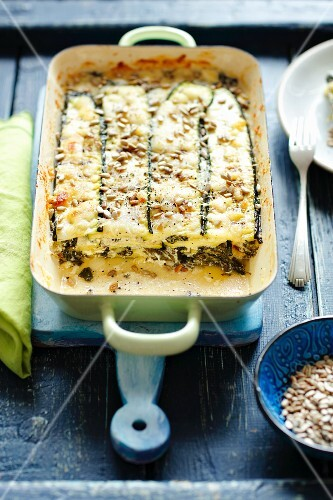 vegetarische zucchini lasagne mit spinat und feta bild kaufen 12383826 stockfood. Black Bedroom Furniture Sets. Home Design Ideas