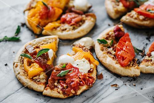 gegrillte pizza mit tomaten mozzarella und basilikum bild kaufen 12408206 stockfood. Black Bedroom Furniture Sets. Home Design Ideas
