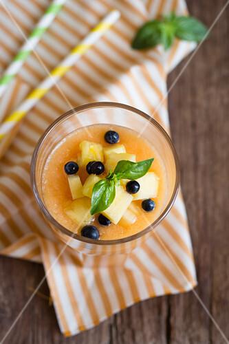 aprikosen pfirsich smoothie mit basilikum bild kaufen 12408352 stockfood. Black Bedroom Furniture Sets. Home Design Ideas