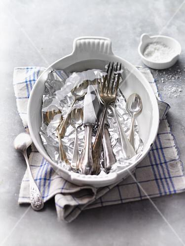 Silber Putzen Mit Alufolie silber putzen mit hilfe salz und alufolie bild kaufen