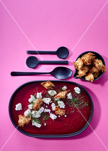 rote bete kartoffel suppe mit fenchel ziegenk se und croutons bild kaufen 12411408 stockfood. Black Bedroom Furniture Sets. Home Design Ideas