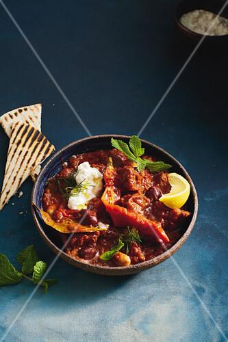 griechisches chili con carne mit fetacreme bild kaufen 12415798 stockfood. Black Bedroom Furniture Sets. Home Design Ideas