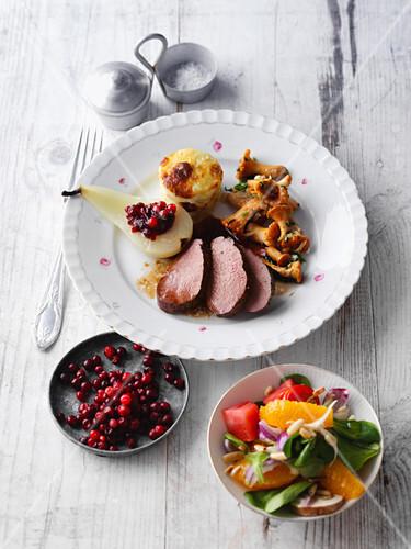 rehmedaillons mit pfifferlingen kartoffelgratin und fruchtigem salat bild kaufen 12416846. Black Bedroom Furniture Sets. Home Design Ideas
