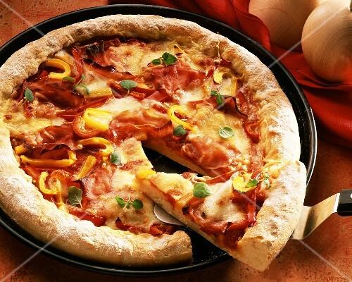 eine pizza mit schinken tomaten paprika bild kaufen 125210 stockfood. Black Bedroom Furniture Sets. Home Design Ideas