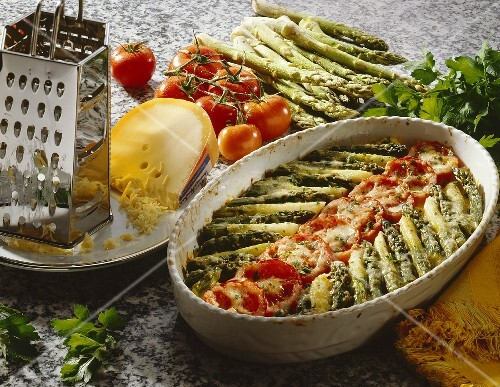 spargel kartoffel gratin mit tomaten und petersilie bild kaufen 147236 stockfood. Black Bedroom Furniture Sets. Home Design Ideas