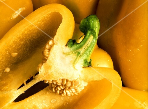 Yellow peppers (close-up)