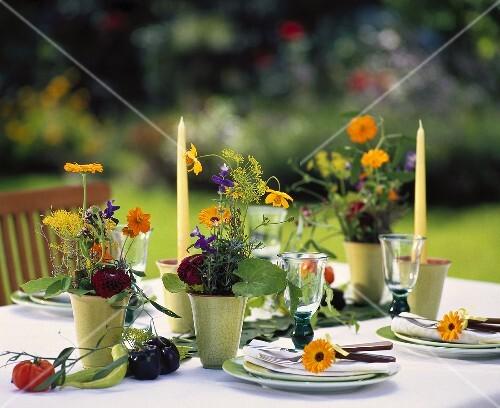 kleine tischgestecke mit dahlien ringelblumen lavendel etc bild kaufen 195776 stockfood. Black Bedroom Furniture Sets. Home Design Ideas