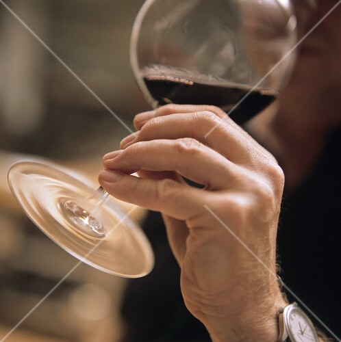 Correct Way To Hold A Red Wine Glass