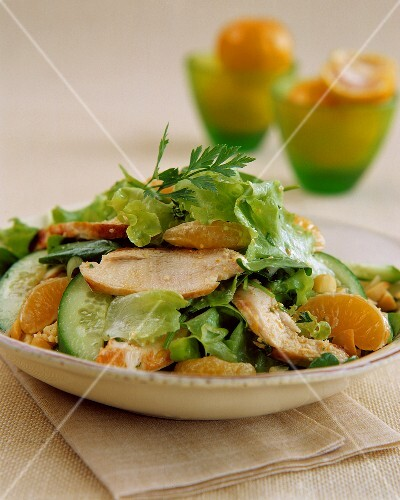 Lettuce with chicken breast and oranges