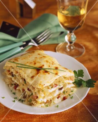 sauerkraut lasagne mit speck und schnittlauch bild kaufen 232684 stockfood. Black Bedroom Furniture Sets. Home Design Ideas