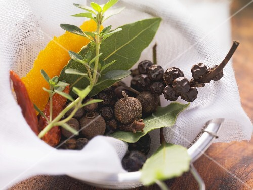 Spices for soups and stews (allspice berries, bay leaves etc.)