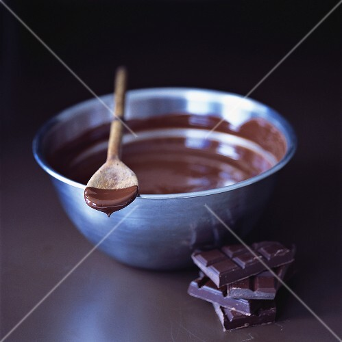 Melted chocolate in bowl