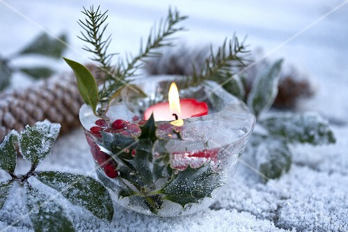 Eisschale mit ilex und kerze als weihnachtliche gartendeko for Winter gartendeko