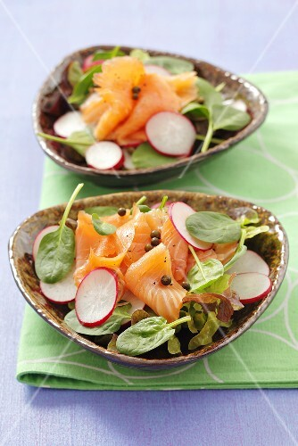 Spinach and radish salad with smoked salmon and peppercorns