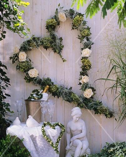 herz aus efeu rosen und hortensien zur hochzeit bild kaufen 271122 stockfood. Black Bedroom Furniture Sets. Home Design Ideas