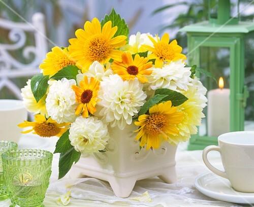 blumenstrau mit dahlien ringelblumen und sonnenblumen bild kaufen 271300 stockfood. Black Bedroom Furniture Sets. Home Design Ideas