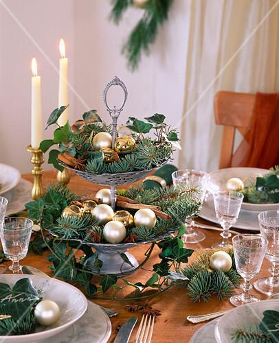 weihnachtliche tischdeko mit etagere aus efeu und blaufichte bild kaufen 271958 stockfood. Black Bedroom Furniture Sets. Home Design Ideas