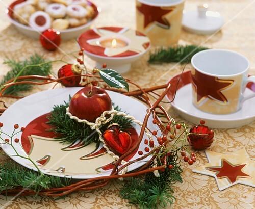 weihnachtliche tischdeko mit apfel und tannenzweigen bild kaufen 271970 stockfood. Black Bedroom Furniture Sets. Home Design Ideas