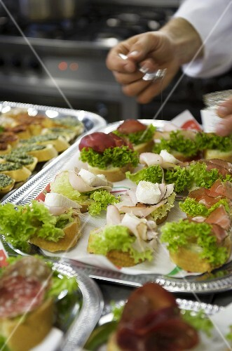 Assorted canapes on silver platters buy images stockfood for Dictionary canape