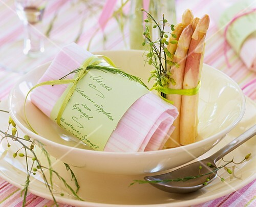 Place-setting with white asparagus and menu