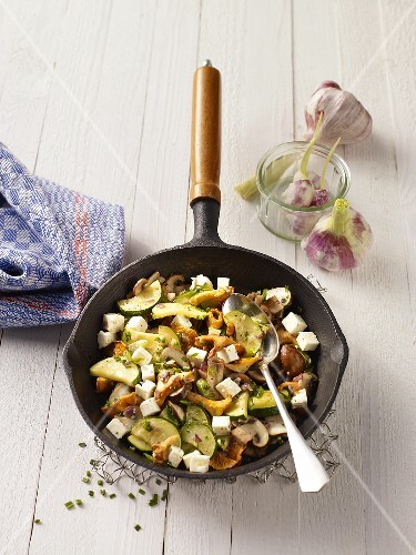 Lukewarm mushroom salad with garlic, courgette and feta