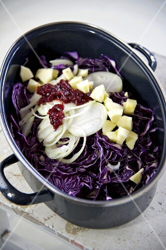 Ingredients for apple-red cabbage (red cabbage, onions, apple, cranberry sauce) in a pot