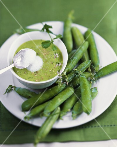 Frothy pea soup with mint