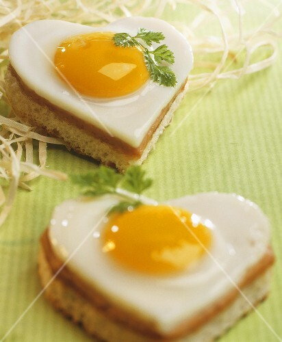 Heart-shaped ham and egg on toast