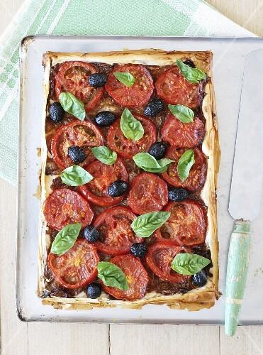 Tomato tart with onions, olives and basil
