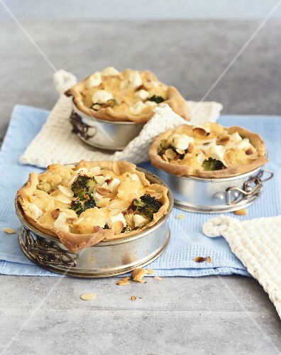 Cauliflower and broccoli quiche with almonds