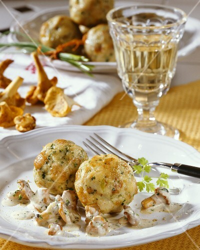 Bread dumplings with chanterelles in white wine and cream sauce