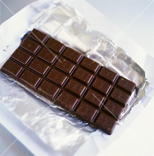 eine tafel schokolade auf silberpapier bild kaufen 332488 stockfood. Black Bedroom Furniture Sets. Home Design Ideas