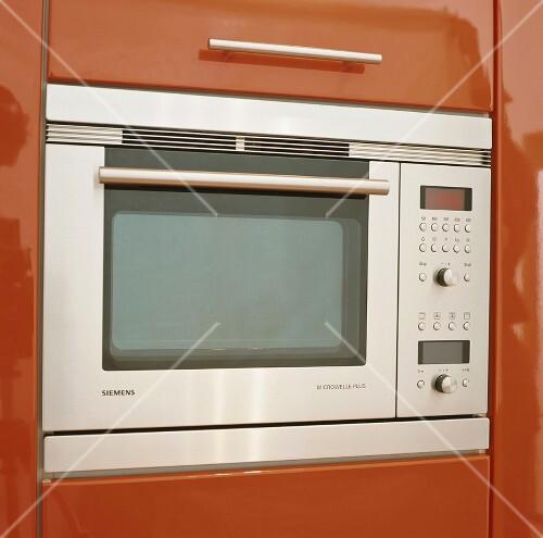 eine in den wandschrank integrierte mikrowelle bild kaufen 340180 stockfood On integrierte mikrowelle