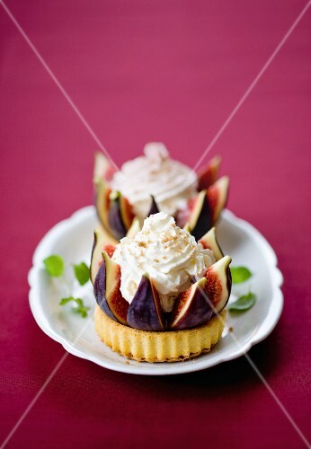 Fig tartlet with whipped cream