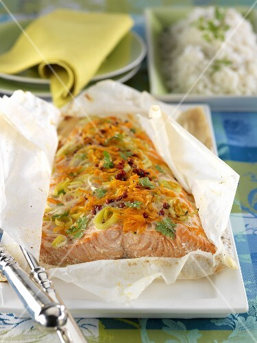 Salmon fillet with carrots and leek