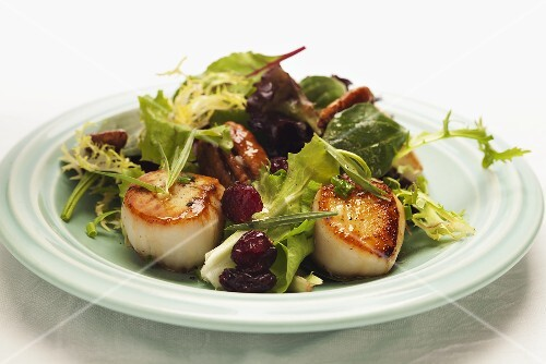 Mixed leaf salad with scallops, peacans and cranberries