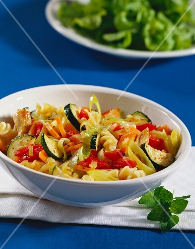 Fusilli with mixed vegetables and strips of chicken breast